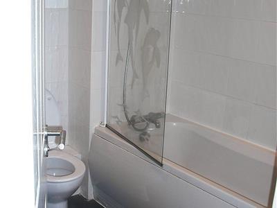 24 Wincebroom bathroom (3).jpg